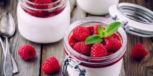 Malinowy przekładaniec - deser z malin i jogurtu/ przepisy na Babyonline.pl