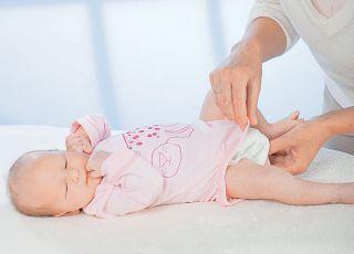 Jak krok po kroku założyć noworodkowi body. Instrukcja ze zdjęciami