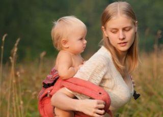 Błędy przy noszeniu dzieci w chustach i nosidłach, które mogą szkodzić maluchowi