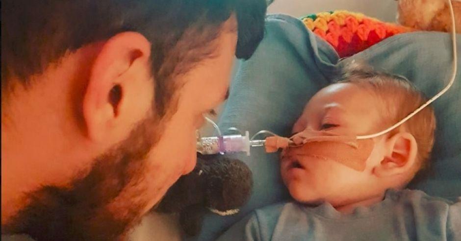10-miesięczny Charlie Gard z tatą