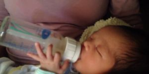 18-dniowe niemowlę samodzielnie pije z butelki