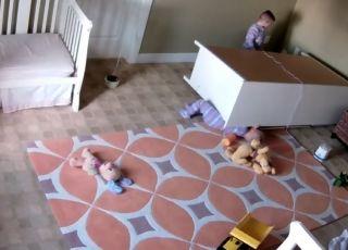 2-latek pomógł bratu wydostać się spod szafki