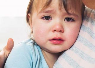 2-letnie dziecko płacze w objęciach mamy