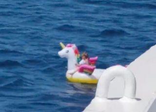3-latka dryfująca samotnie po morzu na dmuchanym jednorożcu