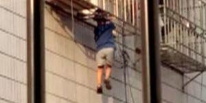 4-letni chłopiec utknął na balkonie między prętami