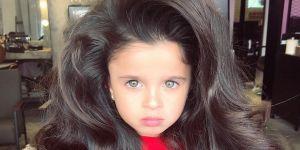 5-latka z burzą włosów pozuje w profesjonalnych sesjach zdjęciowych