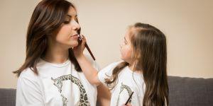 Mama z córką w t-shircie z żyrafą marki Smallbig