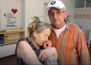 60-letnia matka z dzieckiem i mężem