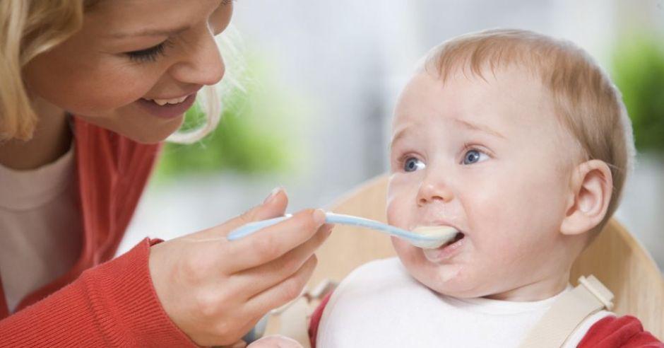 niemowlę je kaszkę
