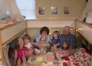 7-osobowa rodzina śpi w jednym łóżku