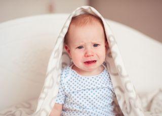 8-miesięczne niemowlę płacze