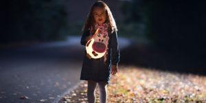 Adobe Stock, dziewczynka z odblaskiem