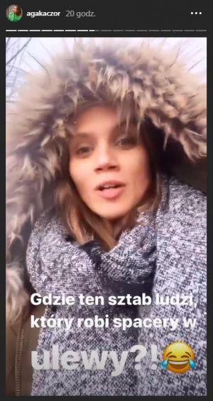 Agnieszka Kaczorowska na spacerze z córką