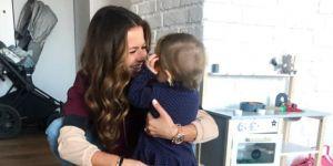 Ania Lewandowska przytula małą Klarę