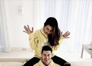 Anna i Robert Lewandowscy z Klara w żółtych bluzach