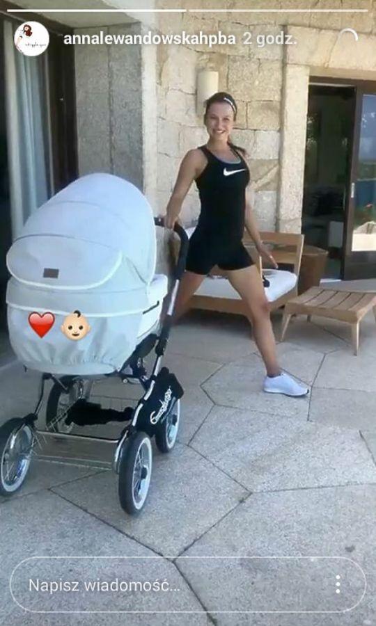 Anna Lewandowska ćwiczy z Klarą w wózku