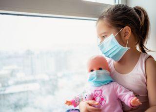 antycovidowcy narażają zdrowie dzieci
