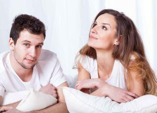 Antykoncepcja, prezerwatywy, kobieta i mężczyzna w łóżku, współżycie, seks