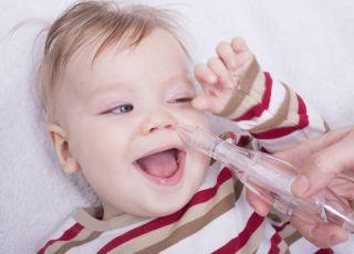 aspirator do noska w użyciu - niemowlę się śmieje