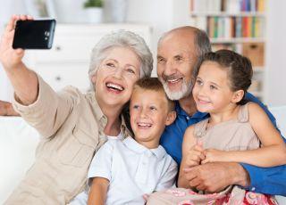 babcia i dziadek z wnukami