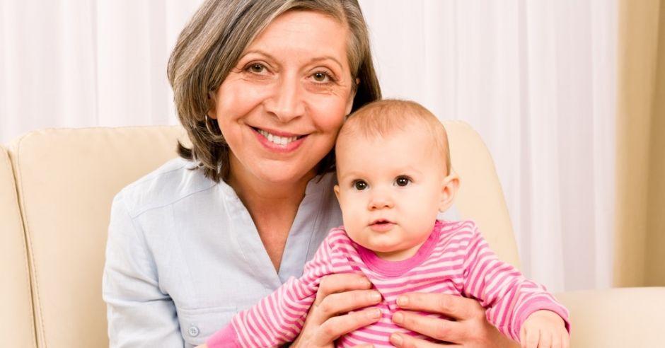 babcia i niemowlak