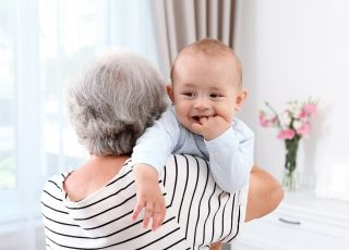 Babcia, która trzyma wnuka