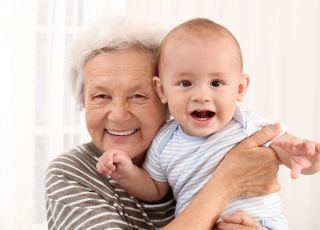 Babcia, która zajmuje się wnukiem
