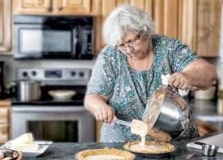 Babcia przekarmia wnuki