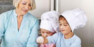 babcia w kuchni z wnukami