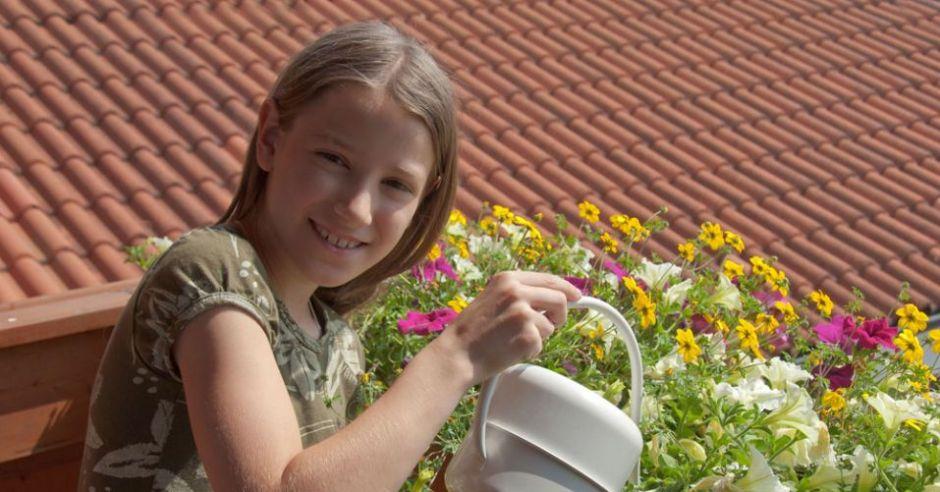 balkon, dziecko, kwiaty