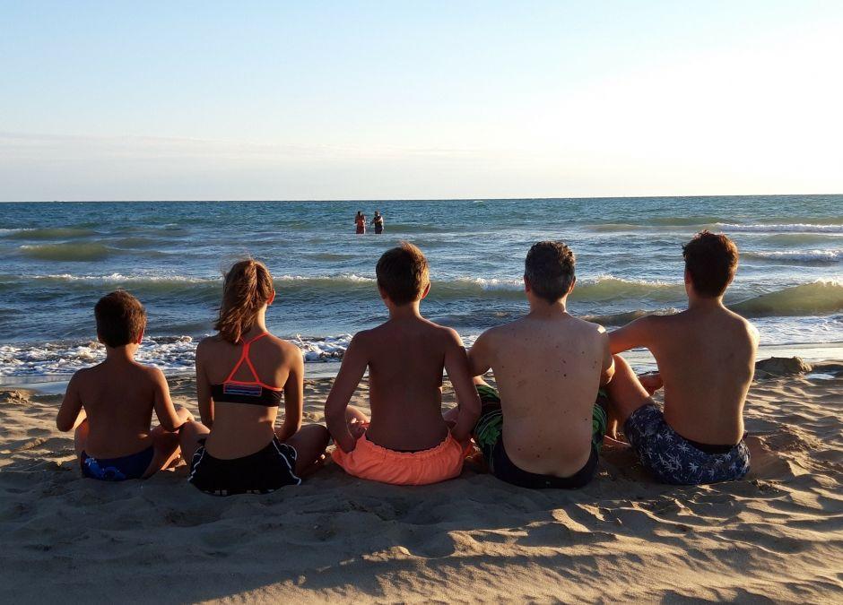 bezpieczeństwo nad wodą, dziecko na plaży, ochrona przeciwsłoneczna, jak nie zgubić dziecka, pływanie