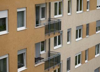 Blok mieszkalny z widokiem na balkony