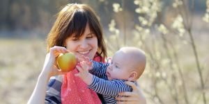 blw, dziecko z mamą, rozszerzanie diety