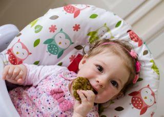 BLW, czyli jedzenie w sam raz do rączek dziecka [FILM]