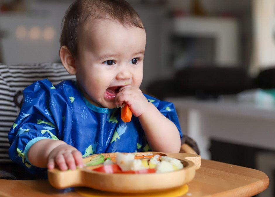 Dziecko jedzące samodzielnie