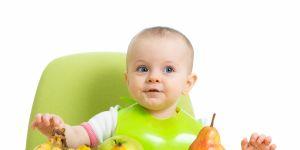 BLW, niemowlę je owoce, Fotolia_81071025