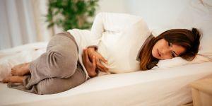 ból brzucha na początku ciąży - kobieta w ciąży