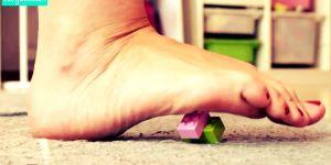 Bosą stopą na klocek lego