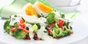 Brokułowa sałatka z jajkiem