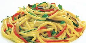 Bucatini z warzywami w kolorze włoskiej flagi