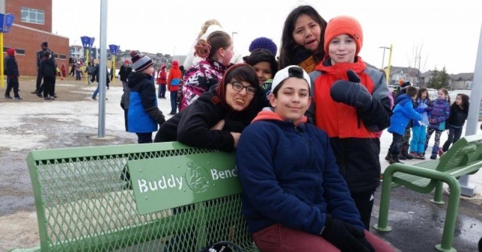 Buddy bench - ławka dla nieśmiałych dzieci
