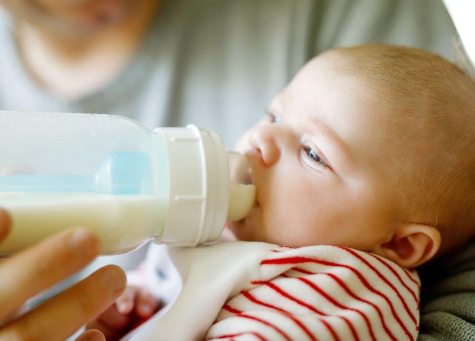 butelka dla noworodka, karmienie noworodka butelką