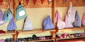 Buty i plecaki dzieci w przedszkolu