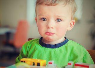 chłopczyk płacze za mamą w przedszkolu