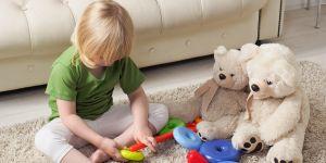 Chłopiec bawi się na dywanie