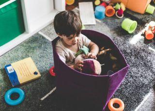 Chłopiec bawi się w żłobku w ramach programu Maluch Plus