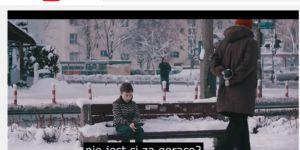 chłopiec bez kurtki w zimie na ławce