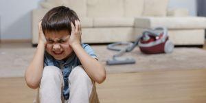 chłopiec boi się odkurzacza