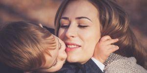 Chłopiec całuje mamę po twarzy
