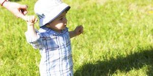 Chłopiec chodzi po trawie